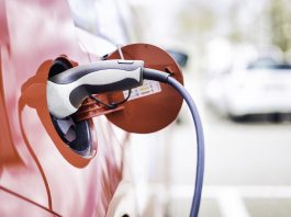 Groundbreaking fully autonomous mobile charging robot independently charges electric vehicles